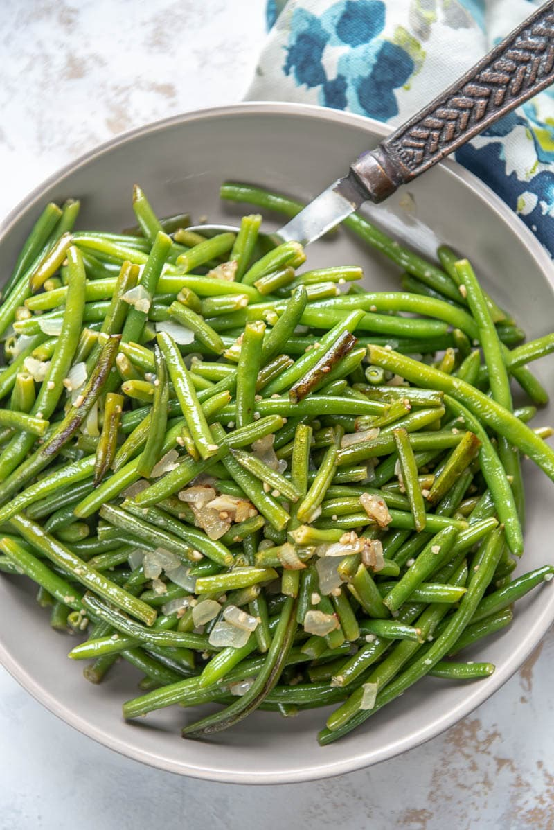 green beans garlic and seasonings in bowlin a